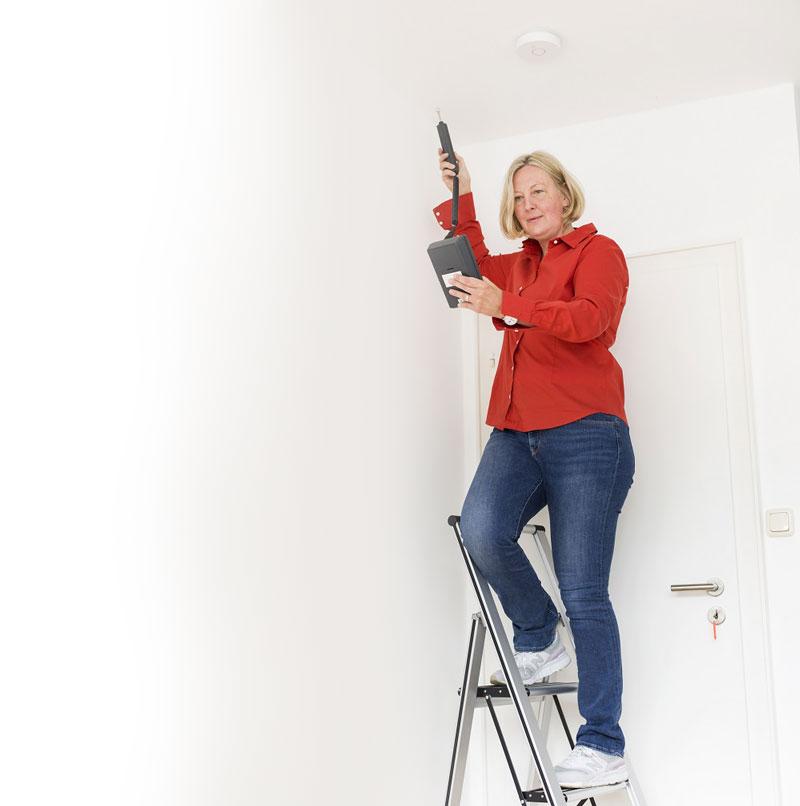 Schimmelpilz - Yvonne Kranz führt Feuchtigkeitsmessung durch