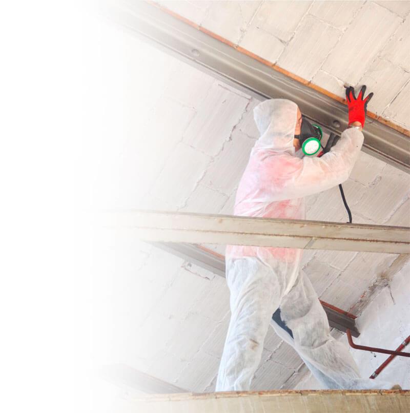 Mitarbeiter bei der Asbestuntersuchung